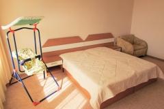 Двойна спалня с легло за бебе
