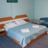 Стая в небесно-син цвят