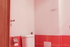 Тоалетна в тъмно розово